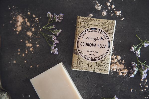 Přírodní mýdlo Cedrová růže od Mylo obsahuje navíc esenciální olej z voňavé trávy, která podporuje rychlejší regeneraci pleti.