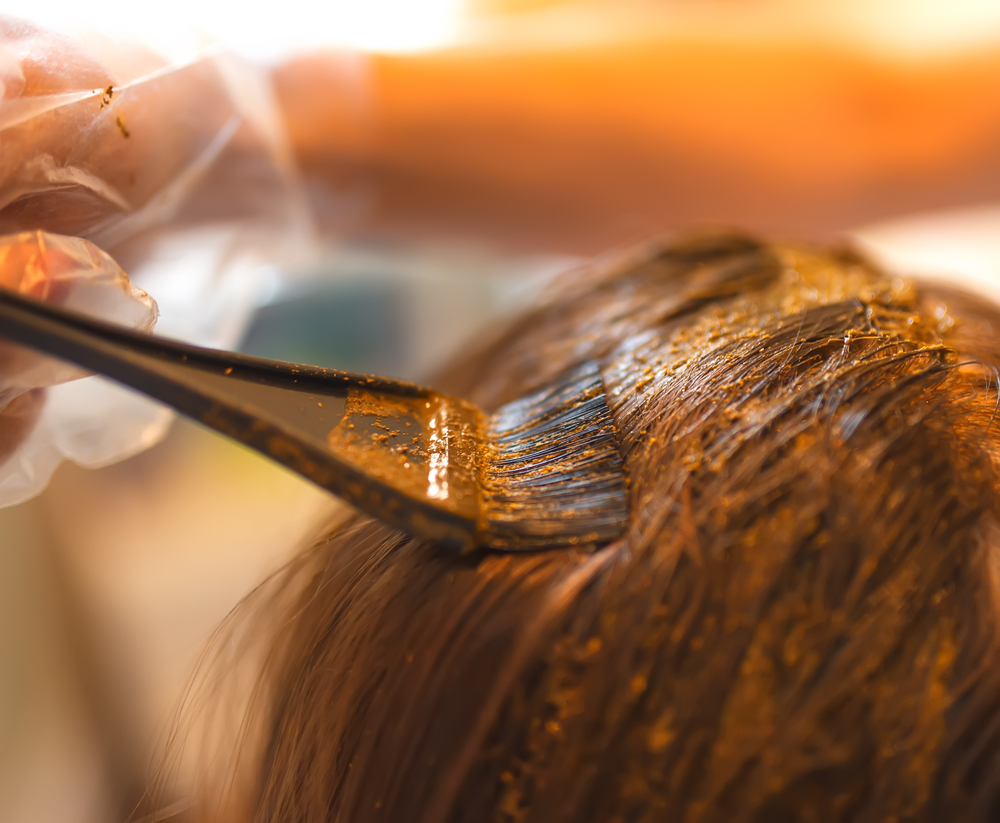 Proces barvení rostlinnými barvami na vlasy Khadi.